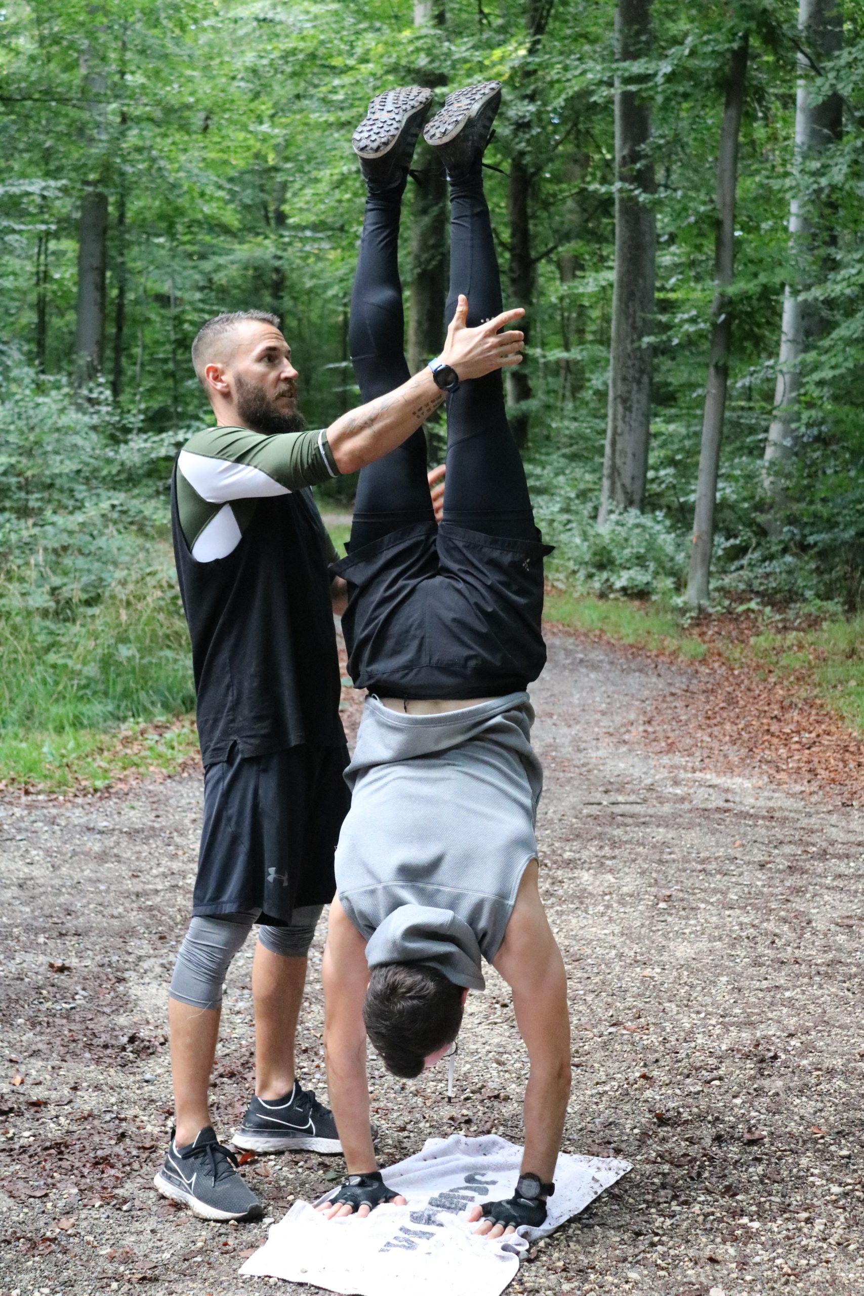 coach hilfe beim handstand